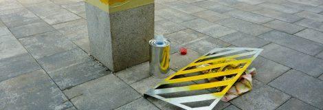Natieranie stĺpikov v parku